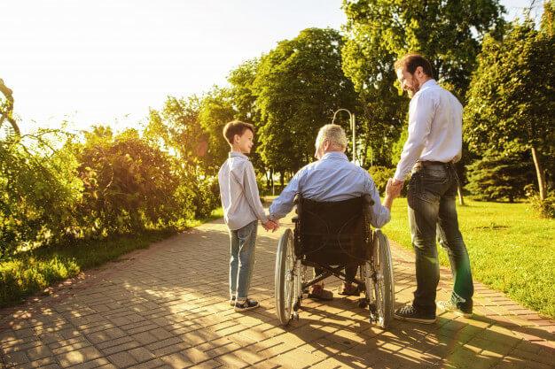 Ældre mand i rullestol
